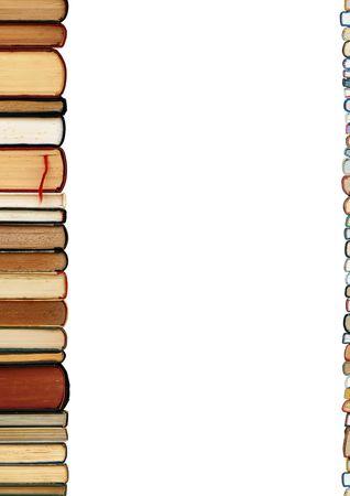 portadas de libros: Un mont�n de libros como una frontera colorido aislado en fondo blanco con �rea de espacio de copia  Foto de archivo