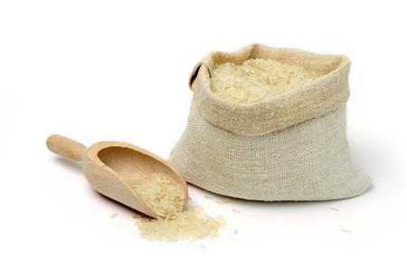 arroz chino: Una imagen de arroz crudo en una bolsa de arpillera
