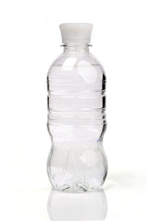 purified: imagen de la botella de agua purificada sobre el fondo blanco