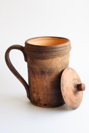 ollas de barro: Una imagen de arcilla de café sobre fondo blanco