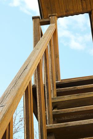 Oude houten treden over de hemel