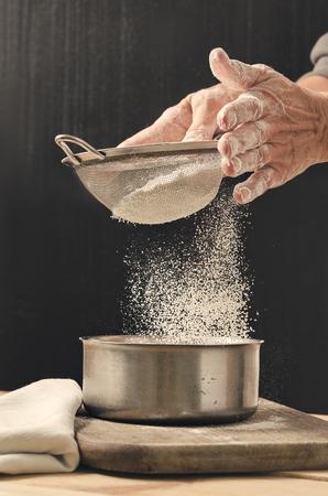Bakkerijproduct. Lekker koken voor jou. Kookproces. Bloem en zeef. Stockfoto