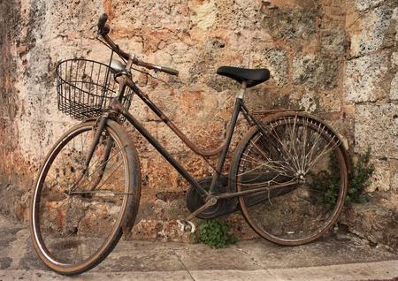 bicicleta retro: Bicicleta abandonada