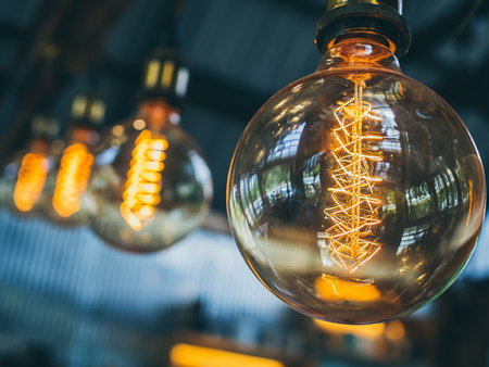 Decorative antique edison vintage style light bulbs on cafe background with copy space. 版權商用圖片 - 114922880
