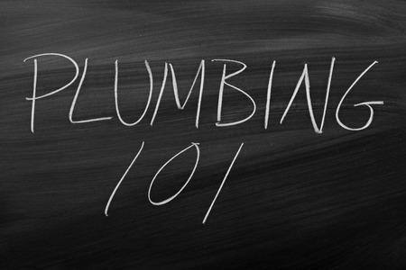 """De woorden """"loodgieterswerk 101"""" op een schoolbord in krijt Stockfoto"""