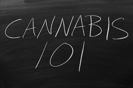 """De woorden """"Cannabis 101"""" op een schoolbord in krijt"""