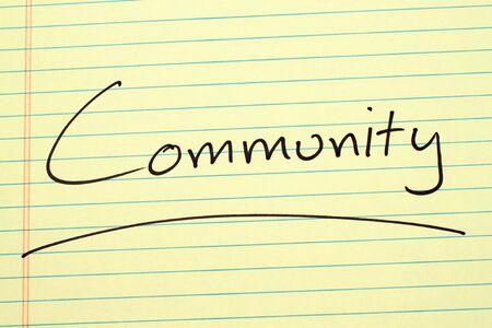 単語「コミュニティ」黄色リーガル パッドの上下線