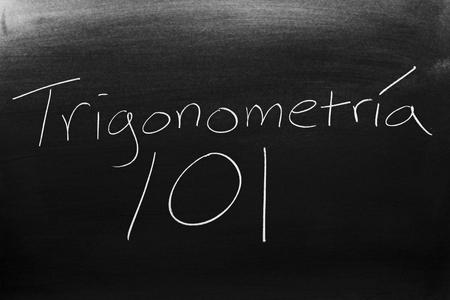 Las palabras Trigonometría 101 en una pizarra con tiza Banco de Imagens