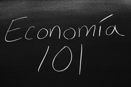 Las palabras Economía 101 en una pizarra con tiza Imagens