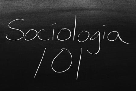 Las palabras Sociología 101 en una pizarra con tiza