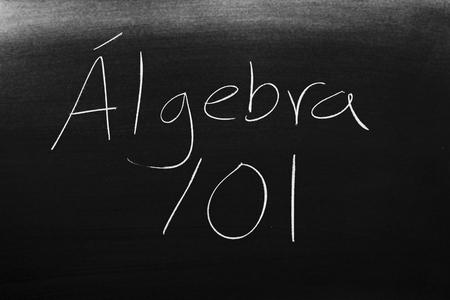 Las palabras �lgebra 101 en una pizarra con tiza