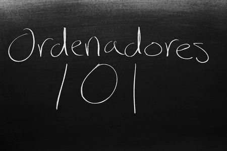 Las palabras Ordenadores 101 en una pizarra con tiza Foto de archivo - 94705585