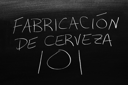 The words Fabricación De Cerveza 101 on a blackboard in chalk.  Translation: Brewing 101