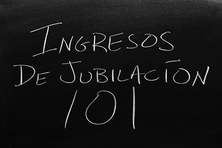 The words Ingresos De Jubilación 101 on a blackboard in chalk.  Translation: Retirement Income 101 Stock Photo