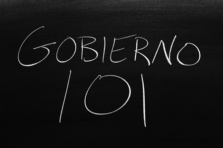 The words Gobierno 101 on a blackboard in chalk.  Translation: Government 101 Stock fotó