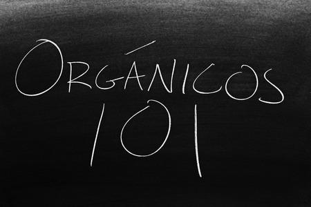 The words Orgánicos 101 on a blackboard in chalk.  Translation: Organics 101 Archivio Fotografico