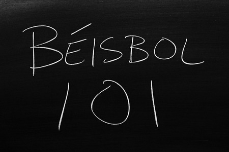 The words Béisbol 101 on a blackboard in chalk.  Translation: Baseball 101