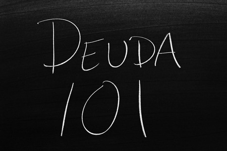 The words Deuda 101 on a blackboard in chalk.  Translation: Debt 101 스톡 콘텐츠