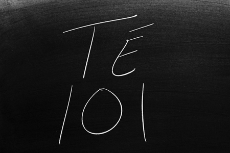 The words Té 101 on a blackboard in chalk.  Translation: Tea 101 스톡 콘텐츠