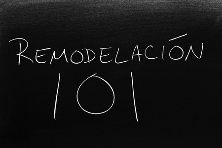 The words Remodelación 101 on a blackboard in chalk.  Translation: Remodeling 101