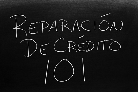 The words Reparación De Crédito 101 on a blackboard in chalk.  Translation: Credit Repair 101 Stock fotó