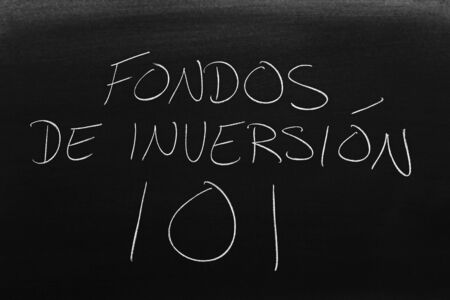 The words Fondos De Inversión 101 on a blackboard in chalk.  Translation: Mutual Funds 101 Archivio Fotografico