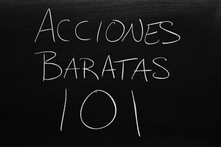 The words Acciones Baratas 101 on a blackboard in chalk.  Translation: Penny Stocks 101