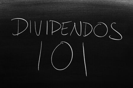 The words Dividendos 101 on a blackboard in chalk.  Translation: Dividends 101 写真素材