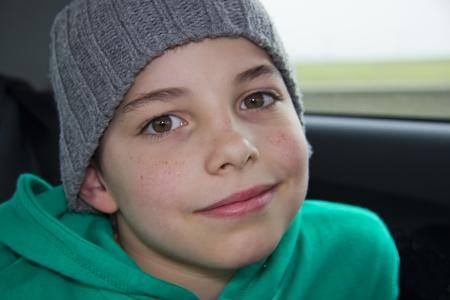 ni�os contentos: primer plano de chico guapo adolescente en el sombrero gris