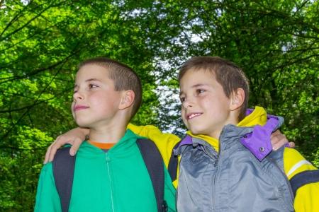 preadolescentes: Retrato de dos ni�os, preadolescentes abrazos