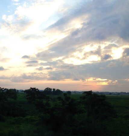 morning sky: Luminoso cielo del mattino nella campagna