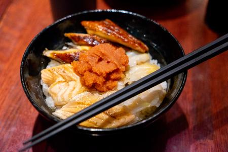 Cuenco de arroz especial de pescado crudo de Japón