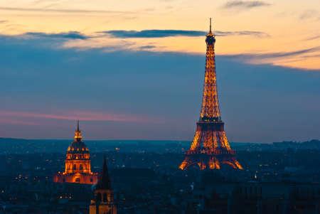 dia y noche: Torre Eiffel iluminada en la tarde Editorial