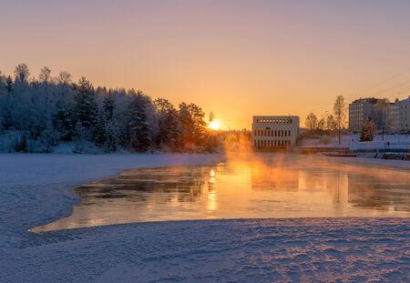 january sunrise: Paisaje brumoso r�o en la ma�ana con la salida del sol enero