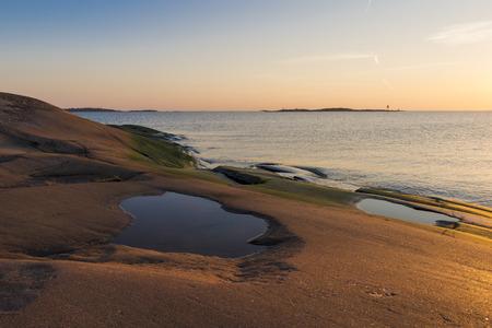atmosphere: Atmosfera serale sulle rocce nel Mar Baltico Archivio Fotografico