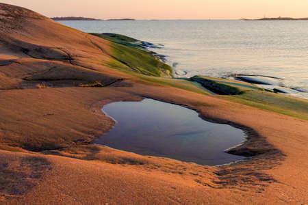 atmosfera: Noche atm�sfera en las rocas en el mar B�ltico