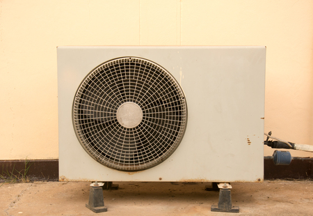 compresor: unidad del compresor del acondicionador de aire de edad Foto de archivo