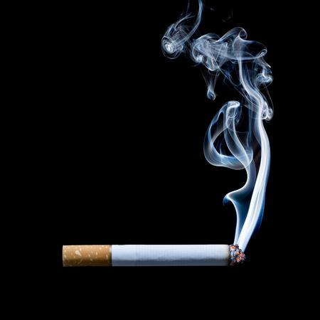 Rookvrije sigaret op zwarte achtergrond Stockfoto