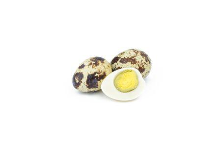 quail: Los huevos de codorniz están aislados en un fondo blanco