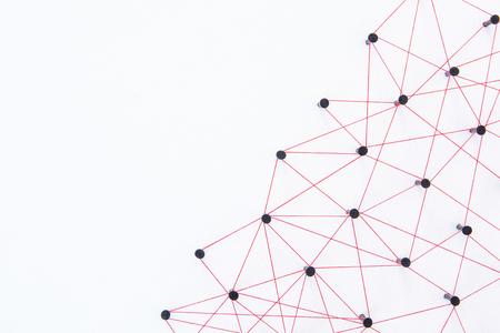 Netzwerkkonzept verbinden - Netzwerk, das mit Garnrot auf weißem Papier mit Kopierraum verbunden ist. Simulatorverbindung Social Media, Internet, Personenkommunikation, Verknüpfung von Entitäten