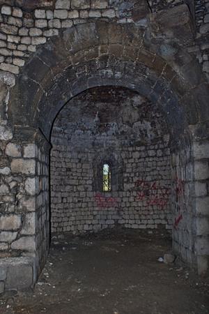 Antigua prisión en una torre de ruinas de castillo Foto de archivo