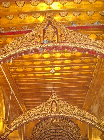 a golden roof in a buddha temple in vietnam Stockfoto