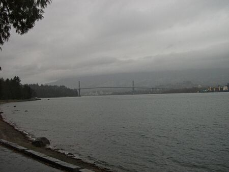 view to the bridge in seattle at rainy day in summer Foto de archivo - 129717686
