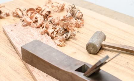 carpintero: El carpintero estaba trabajando en el estudio de muebles de madera