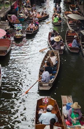 damnoen saduak: THAILAND DAMNOEN SADUAK - Srptember 14,2016 : Damnoen Saduak Floating Market Featuring many small boats laden with colourful fruits, vegetables and Thai cuisine Editorial