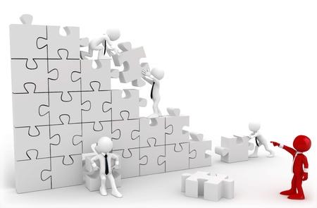 Directeur en medewerkers werken samen om de stukjes van een puzzel Stockfoto
