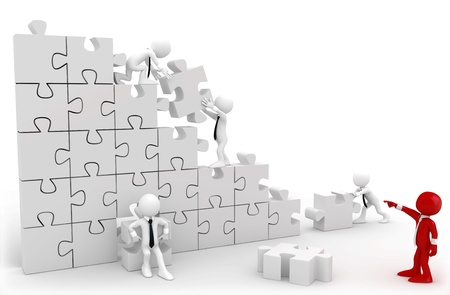 paciencia: Director y empleados trabajando juntos para poner todas las piezas de un rompecabezas Foto de archivo