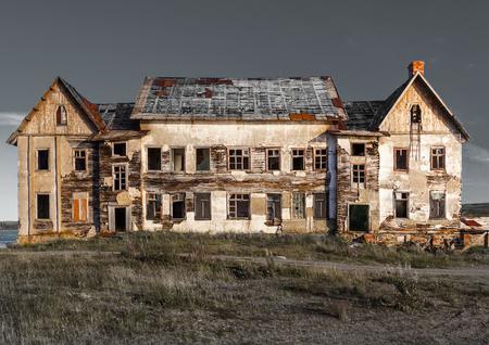 Antigua, abandonada casa en ruinas para ser demolida. Foto de archivo - 71795717
