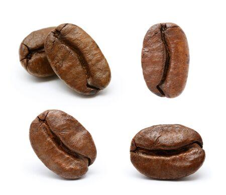 Colección de granos de café aislado sobre fondo blanco.