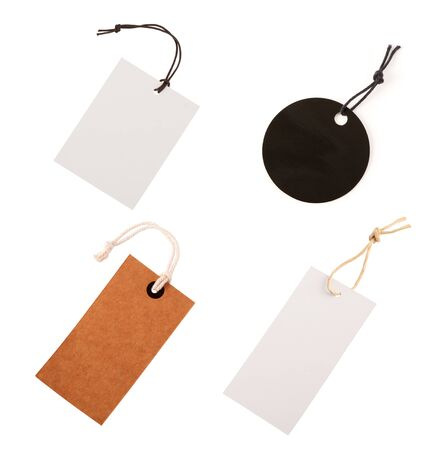 Nota de etiqueta de precio de cartón con cuerda aislada sobre fondo blanco. Conjunto de etiquetas.